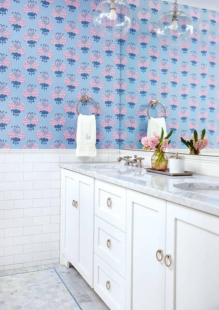 Обои синие в цветочек в ванной комнате фото
