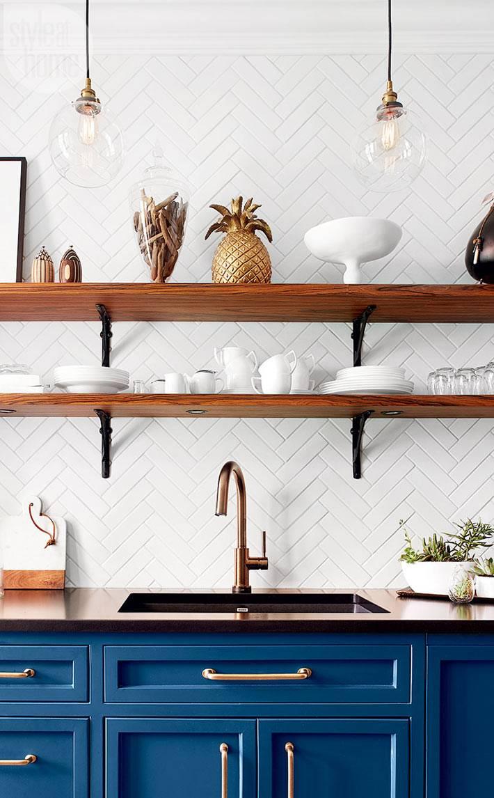 Белая посуда на открытых полках кухни фото