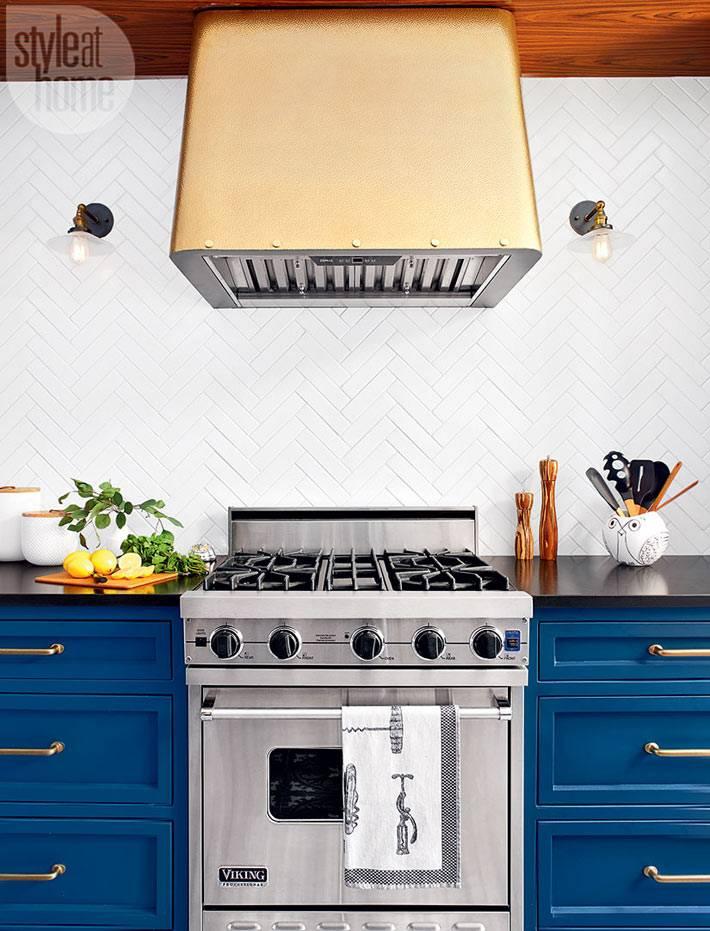 Вытяжка золотого цвета на синей кухне фото
