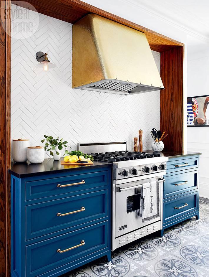 Рабочая зона на кухне обведена деревом фото