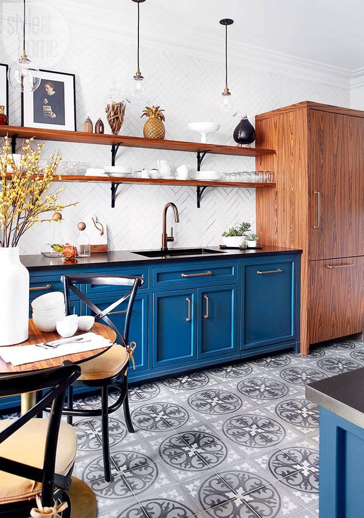 интерьер кухни с синей мебелью и марокканской плиткой на полу
