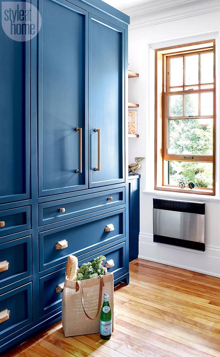 Большой синий шкаф в интерьере кухни фото