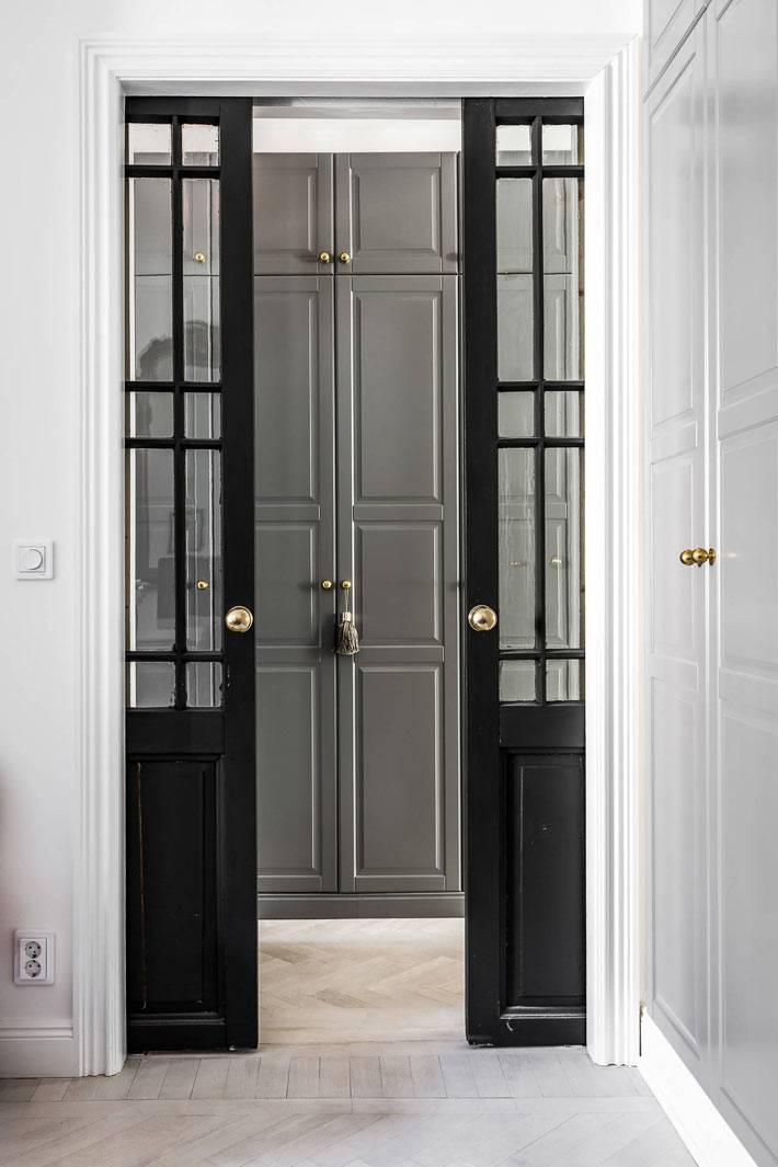 красивая черная развижная стеклянная дверь в интерьере квартиры