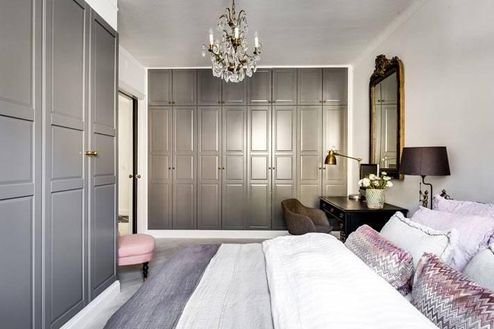 шкафы светло-серого цвета в дизайне спальни фото