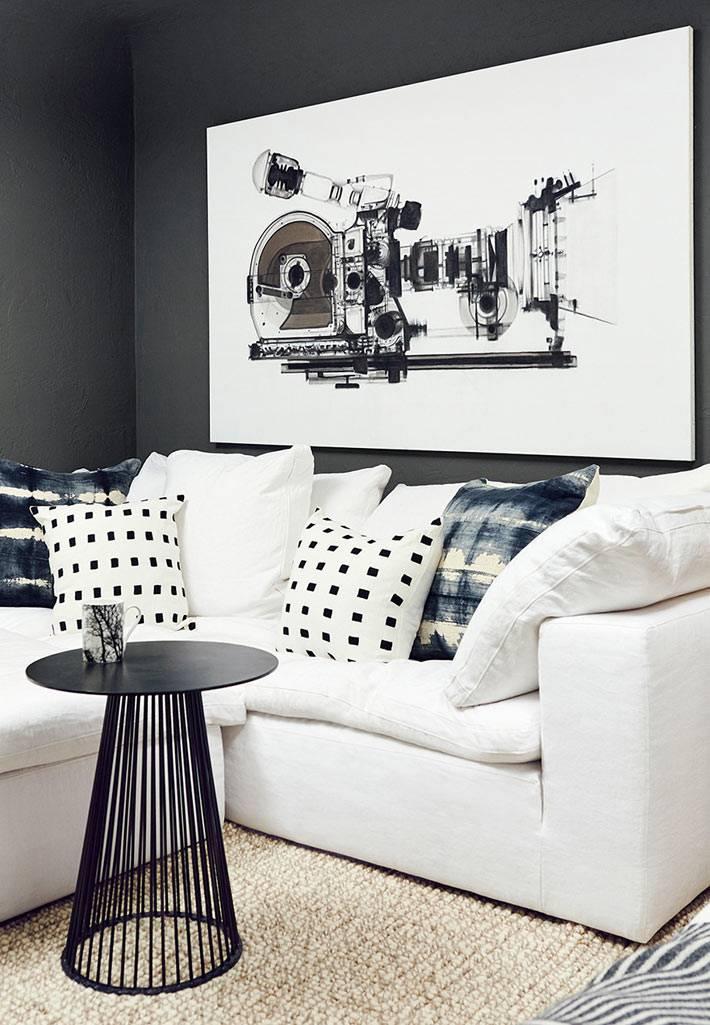 белый диван в черном интерьере комнаты фото