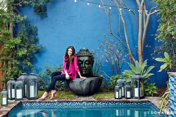 Синий цвет стены дома напротив бассейна и головы Будды
