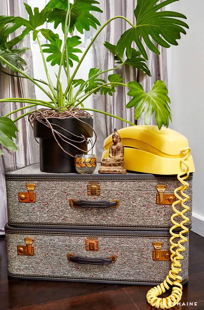 Желтый телефон в стиле поп-арт и винтажные чемоданы в доме