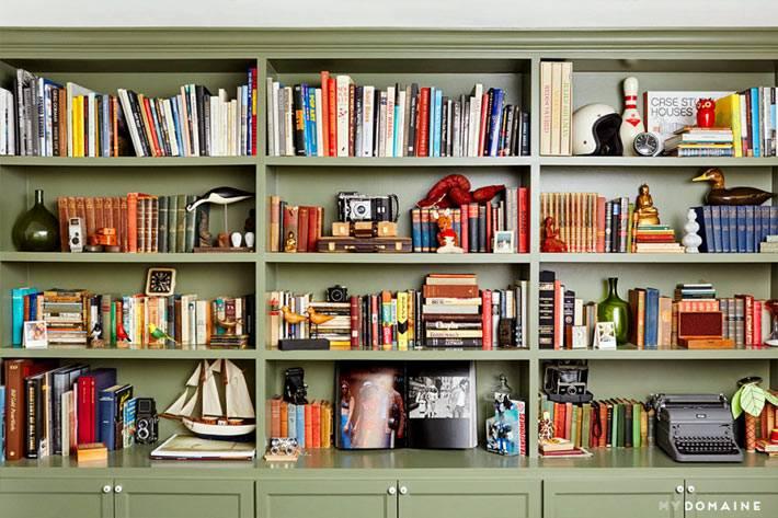 книжный стеллаж с открытыми полками оливкового цвета фото