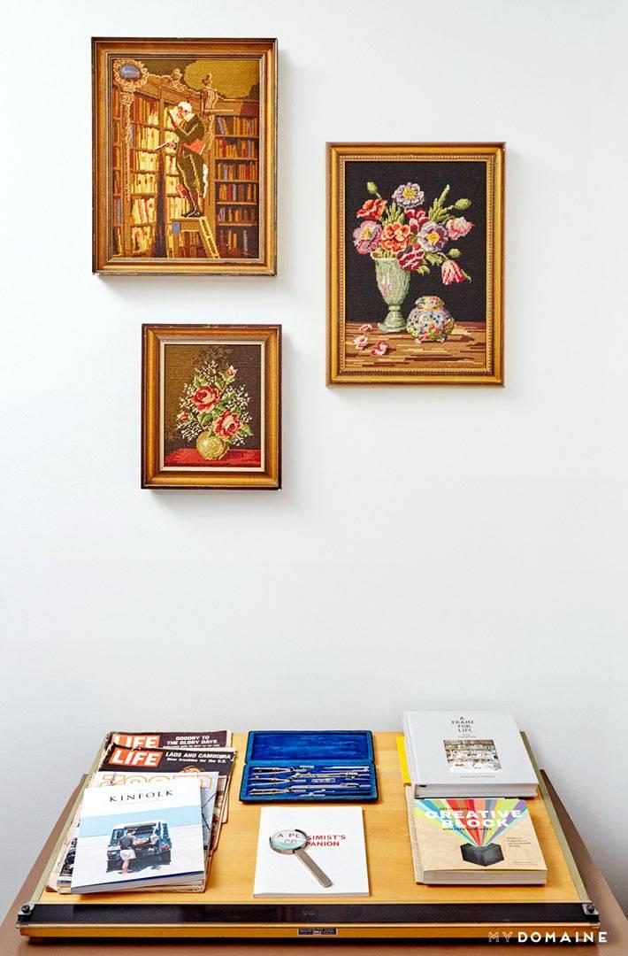 картины вышитые крестиком на стене комнаты фото