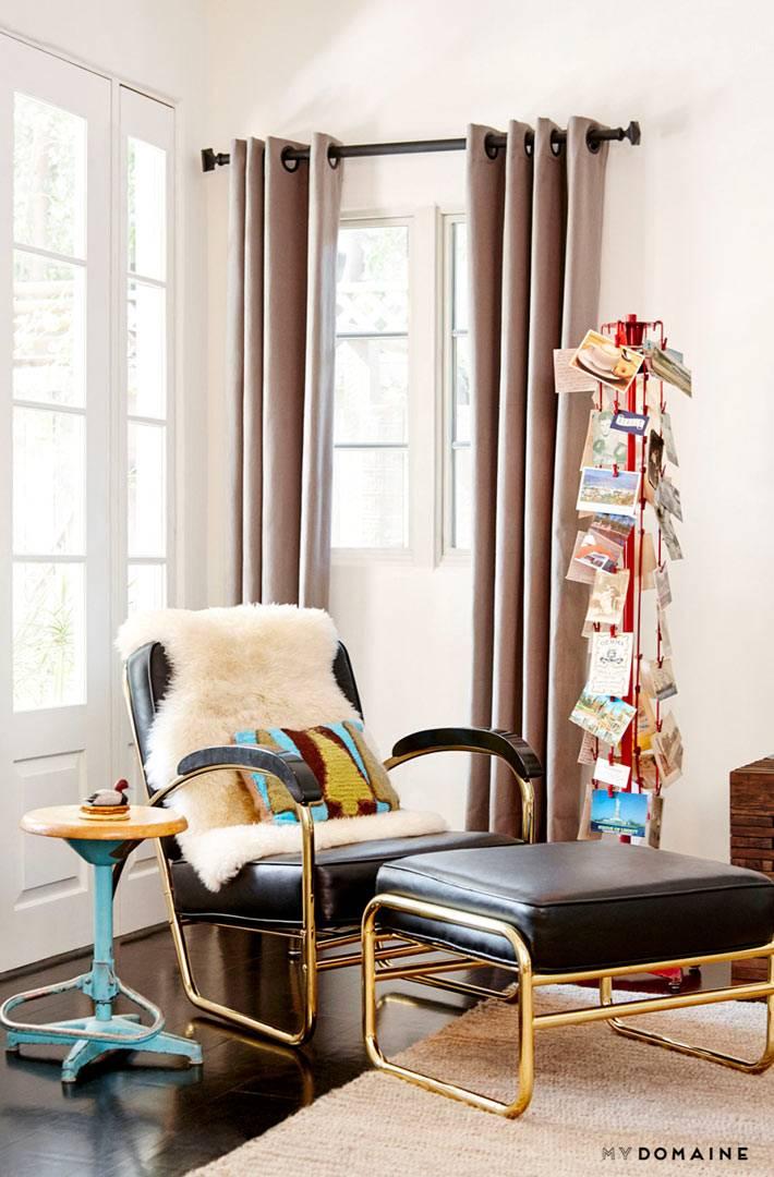 Мягкое черное кресло с подножником для чтения