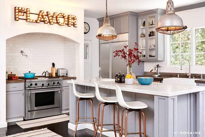 серый и белый цвет кухни выглядит аккуартно