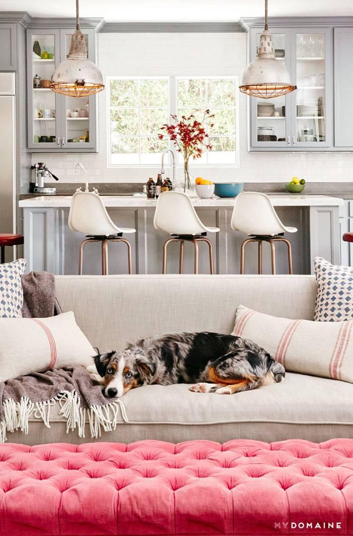 мягкий серый диван в интерьере кухни фото