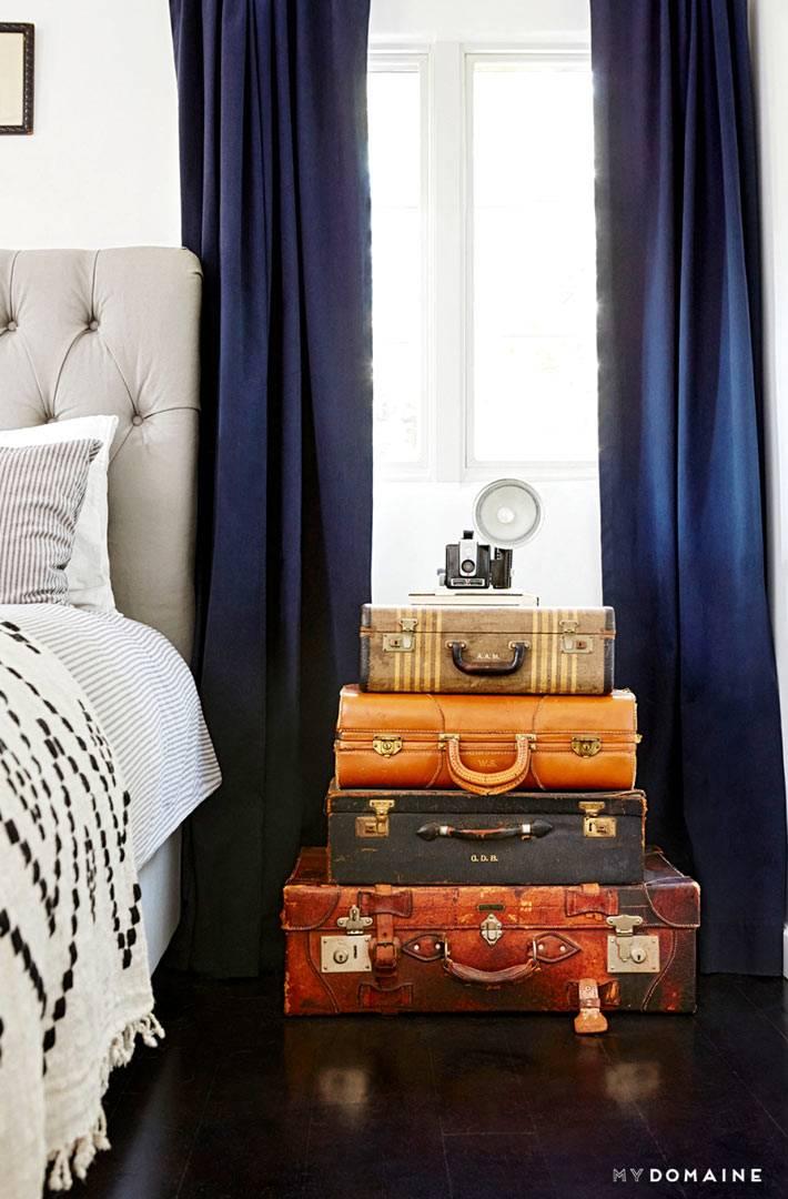 старые чемоданы в декоре интерьера спальни