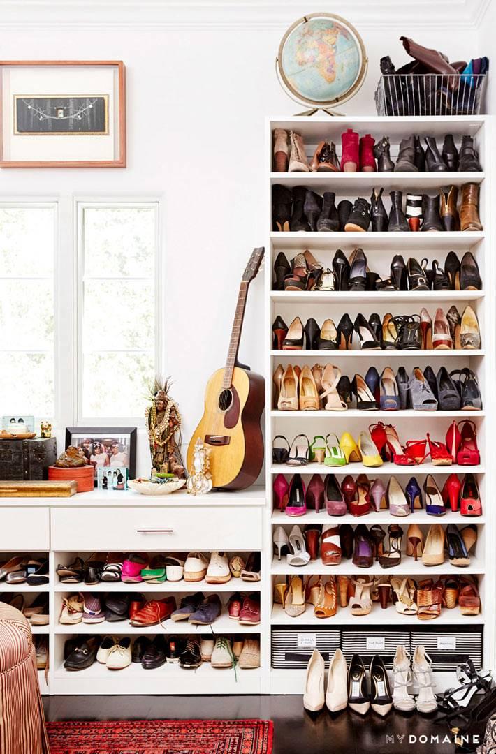 Стеллажи для хранение обуви в интерьере гардеробной