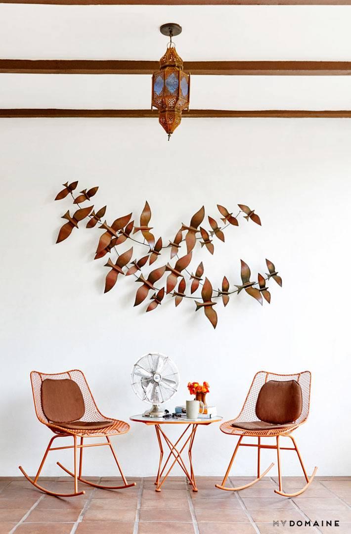 металлические кресла-качалки и настенный декор из птиц