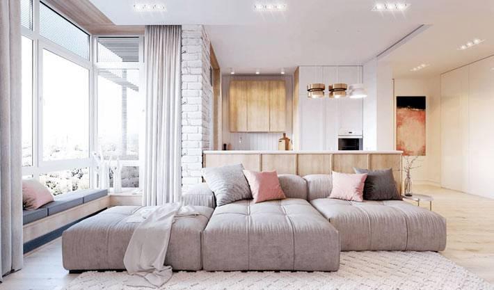 открытое пространство гостиной комнаты с модульным диваном в квартире