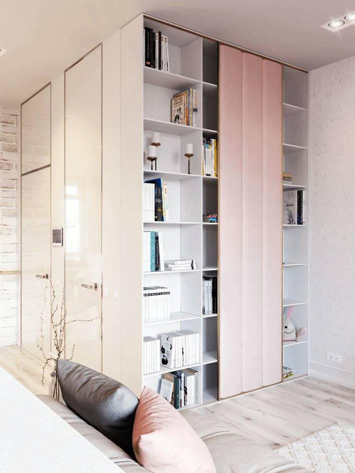 угловой шкаф-стеллаж в интерьере гостиной фото