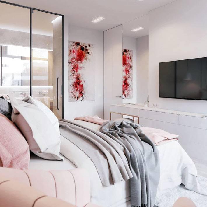 большая спальня с кроватью, шкафом и телевизором
