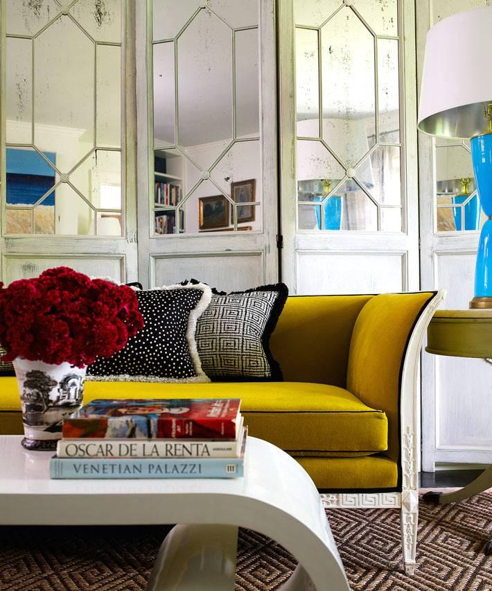 дверь-гармошкас сотаренными зеркалами в интерьере гостиной
