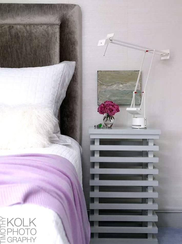 дизайн спальни в бледных оттенках с креативной прикроватной тумбой