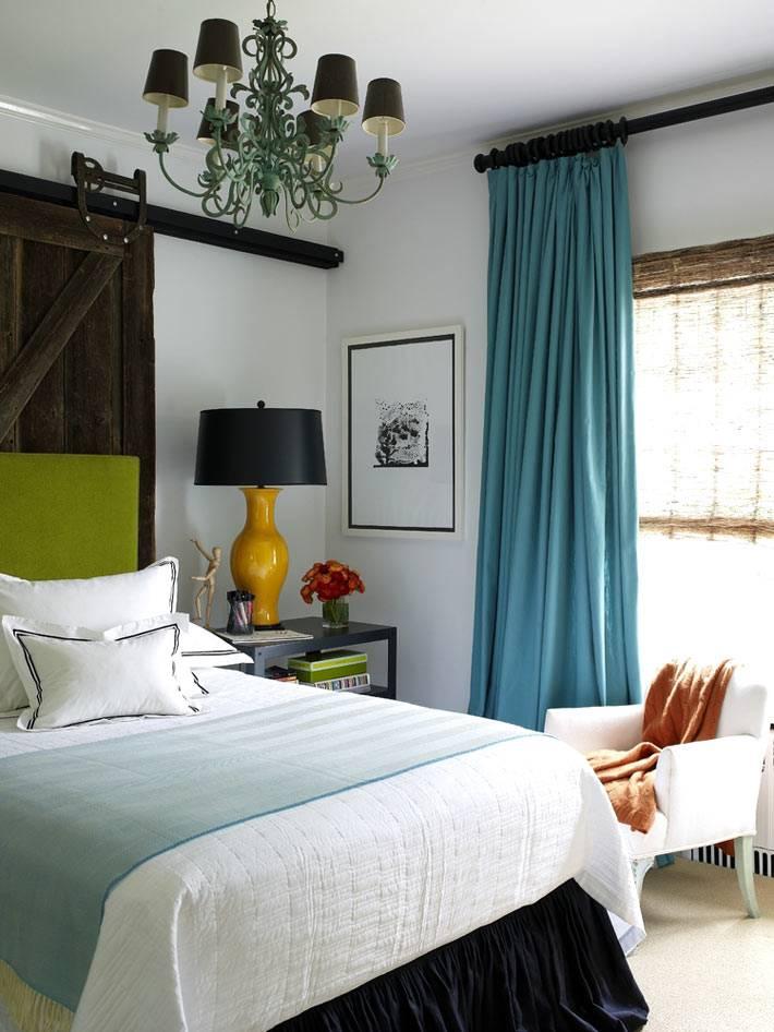 Оформление спальни с использованием ярких цветов в текстиле