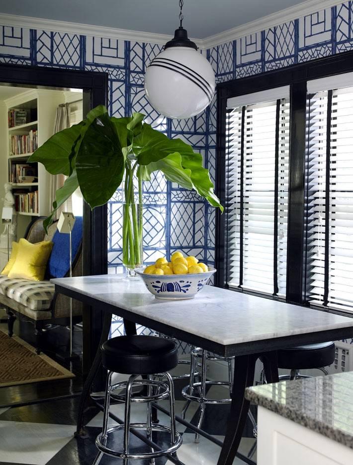 Черная оконная рама и синие обои в обеденной зоне на кухне