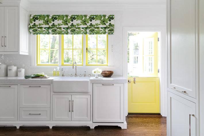 оконные рамы желтого цвета в дизайне белой кухни