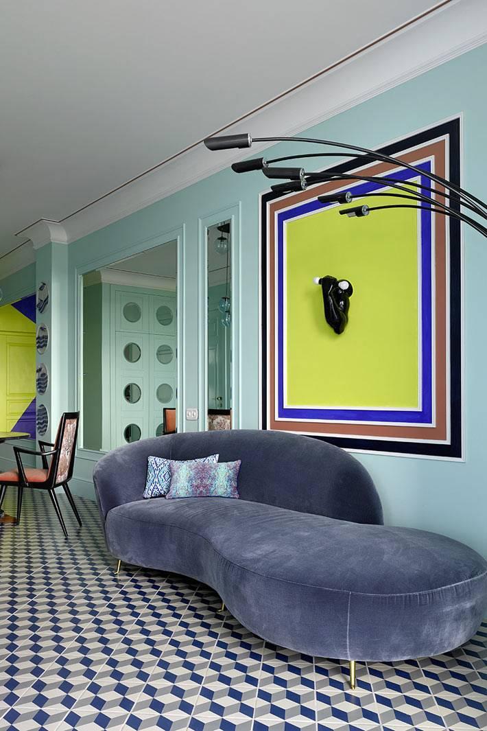 напольная плитка с геометрическим узором в интерьере гостиной