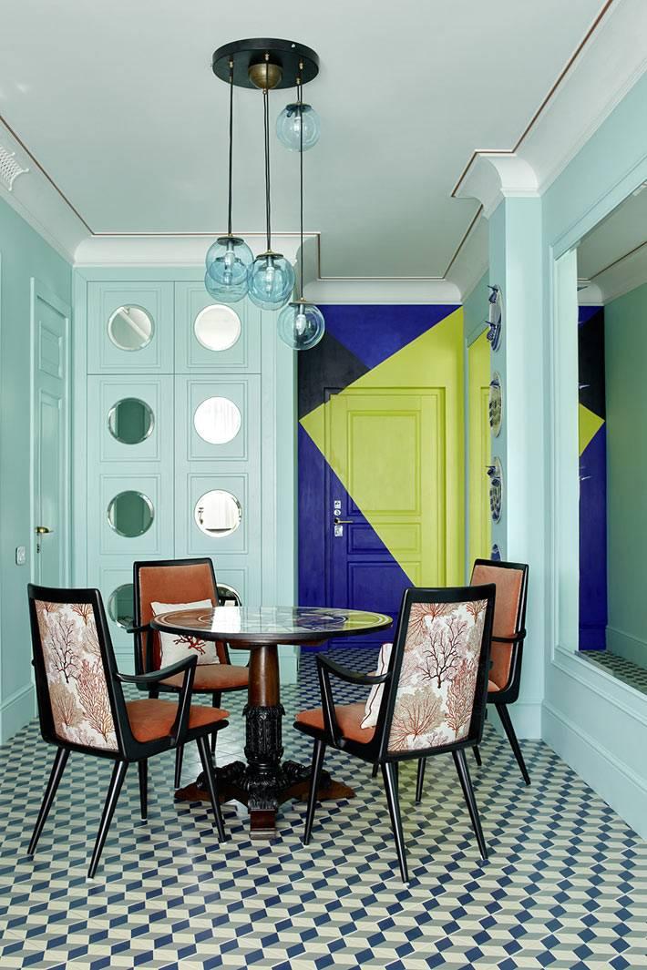 яркие цветные треуголники нарисованы на входной двери фото