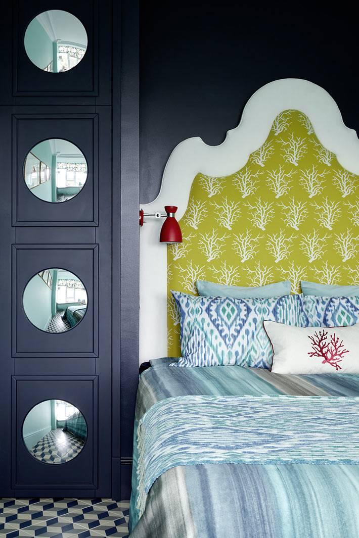Черный шкаф с круглыми зеркалами в виде декора в интерьере спальни фото