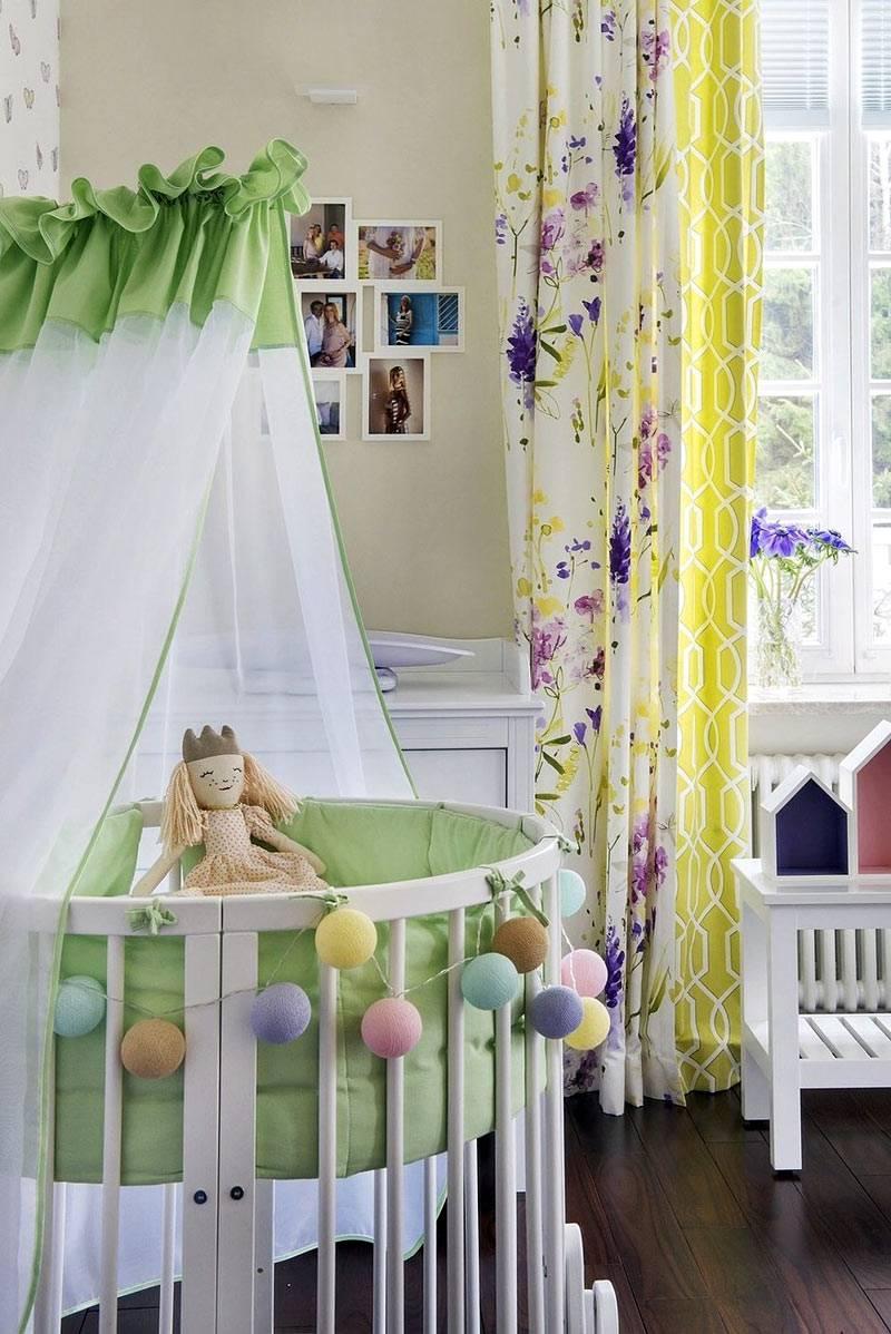круглая люлька с гирляндами и балдахином в детской комнате