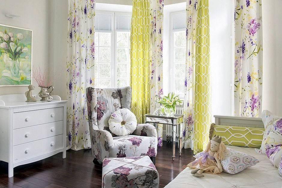 цветастые ткани на креслах, пуфе и шторах в дизайне детской комнаты