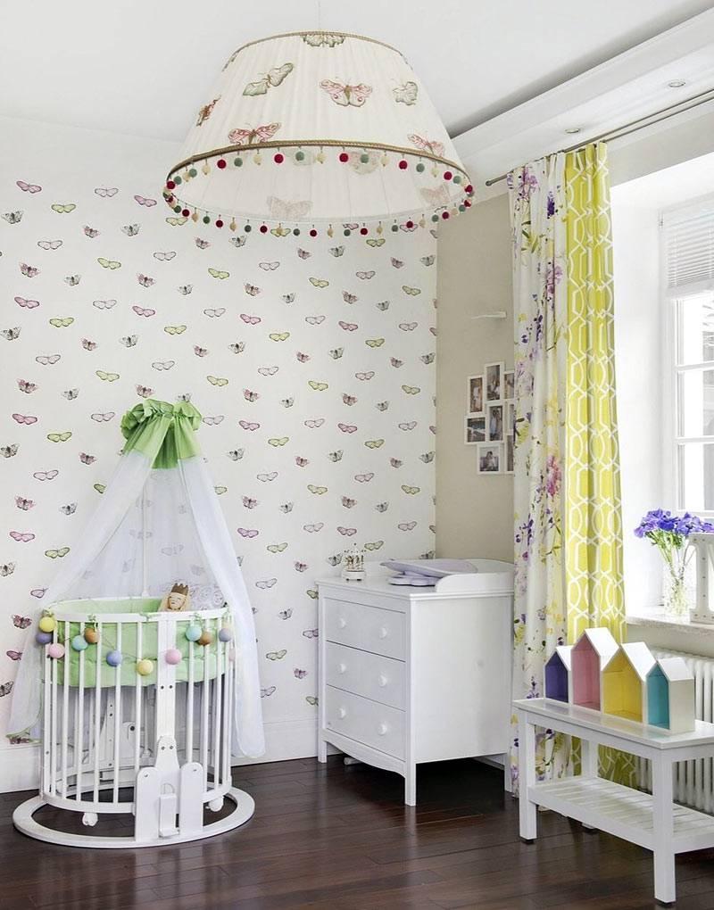 Обои и люстра с бабочками в декорировании детской комнаты