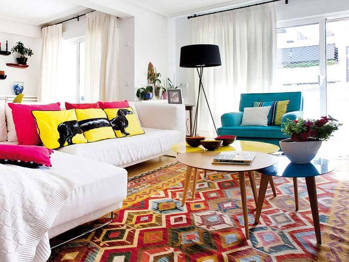 красивый напольный ковер с орнаментом в интерьере гостиной фото