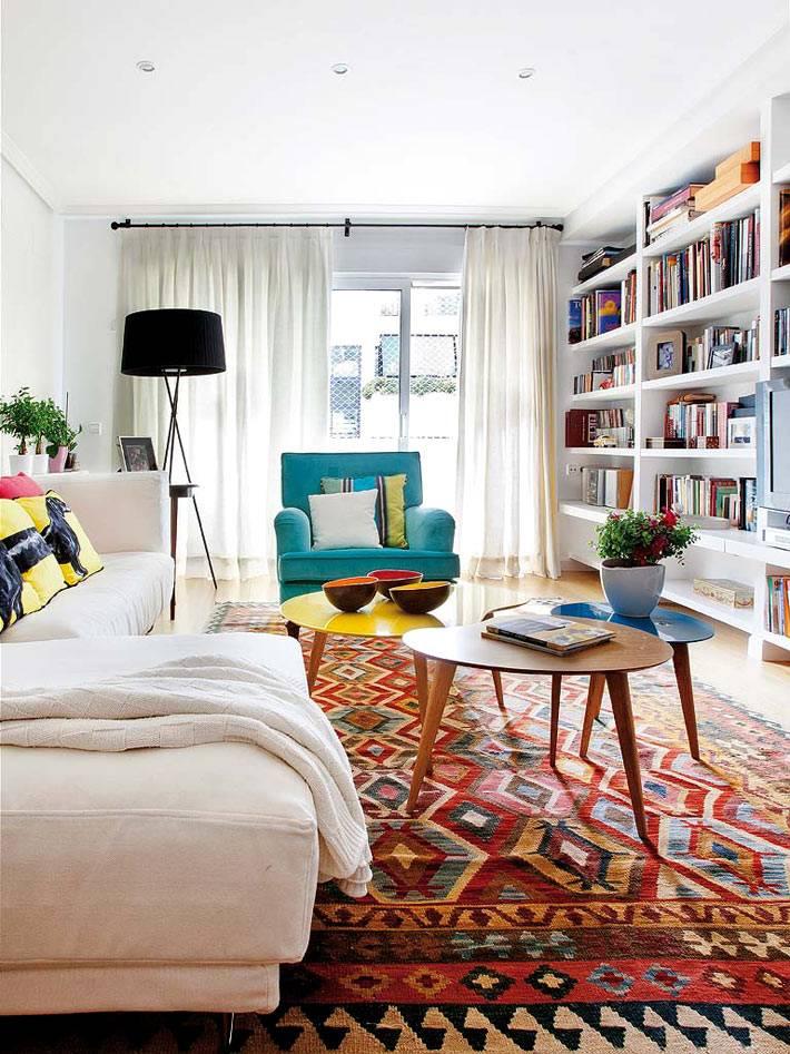 Большой стеллаж для книг в интерьере гостиной комнаты