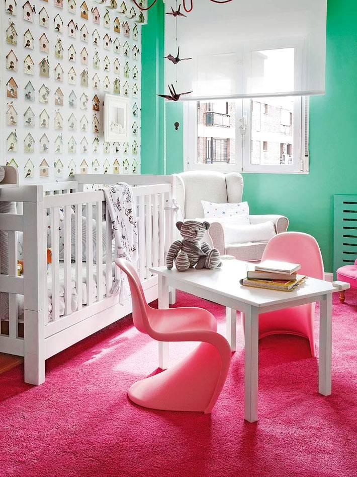 ярко-розовый ковер и зеленые стены в интерьере детской комнаты