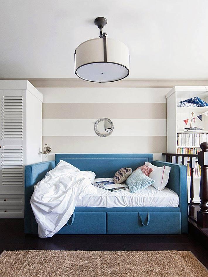 бежевые стены и синие диваны в детской комнате фото