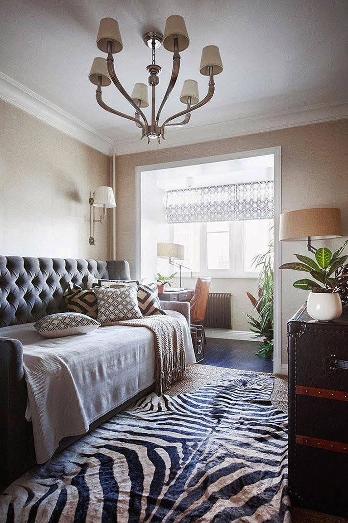 рабочее место на бывшем балконе и шкура зебры в комнате