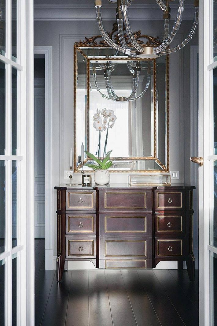 зеркало в золотой раме и старинный комод в интерьере прихожей фото