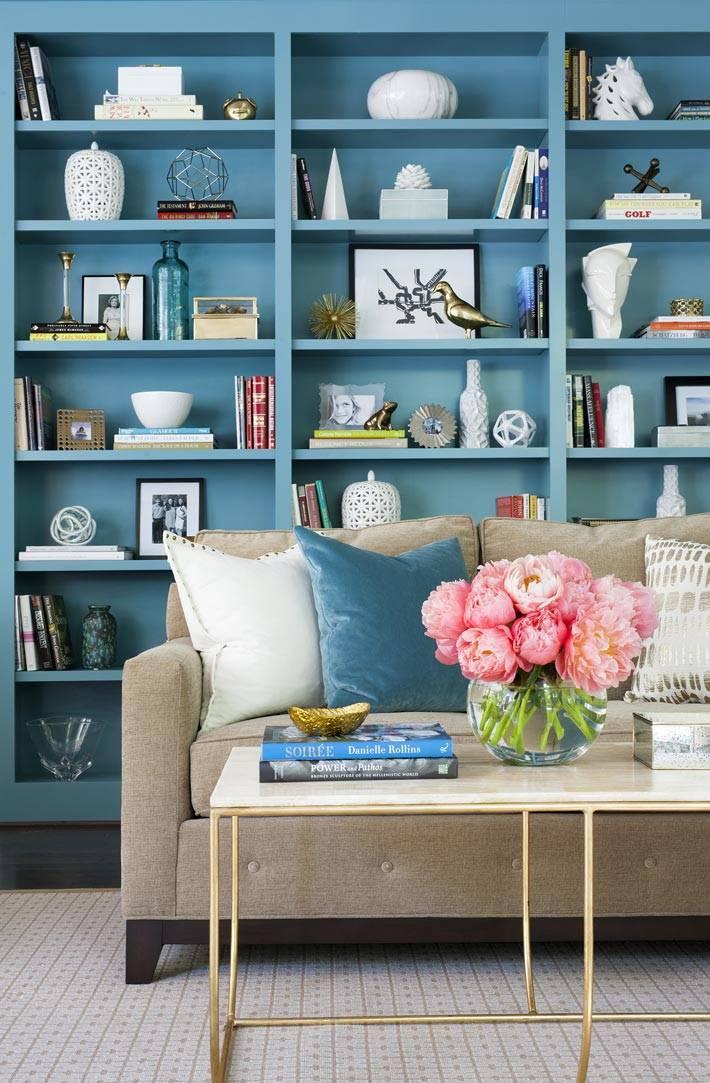 открытый стеллаж синего цвета в интерьере гостиной