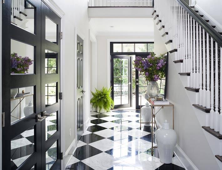 черно-белые цвета в дизайне холла в доме