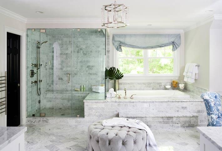 интерьер ванной комнаты с окном и оттоманкой