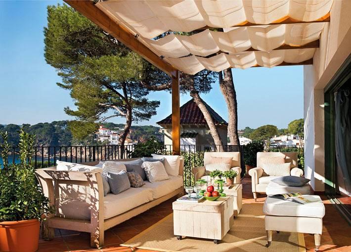 мягкая мебель на террасе с видом на море
