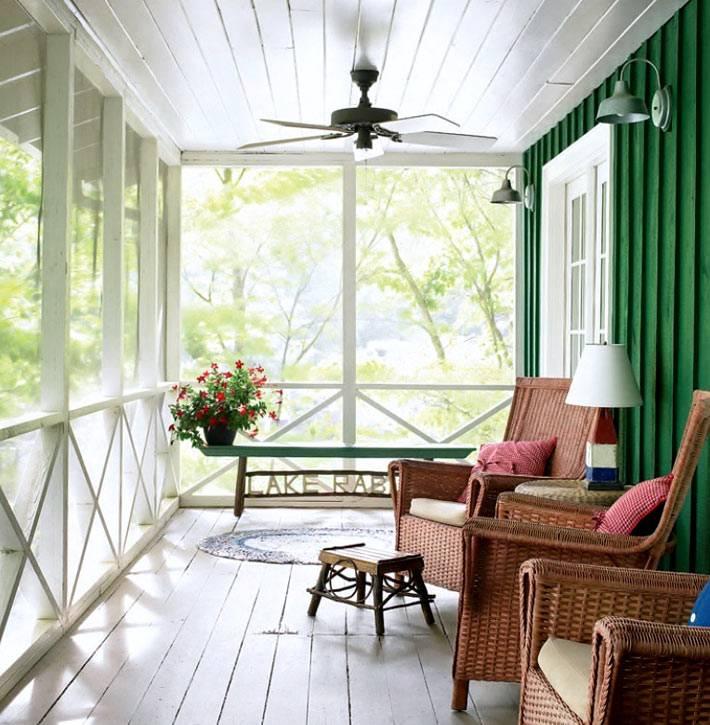 белый цвет и зеленый цвет в оформлении открытой веранды фото