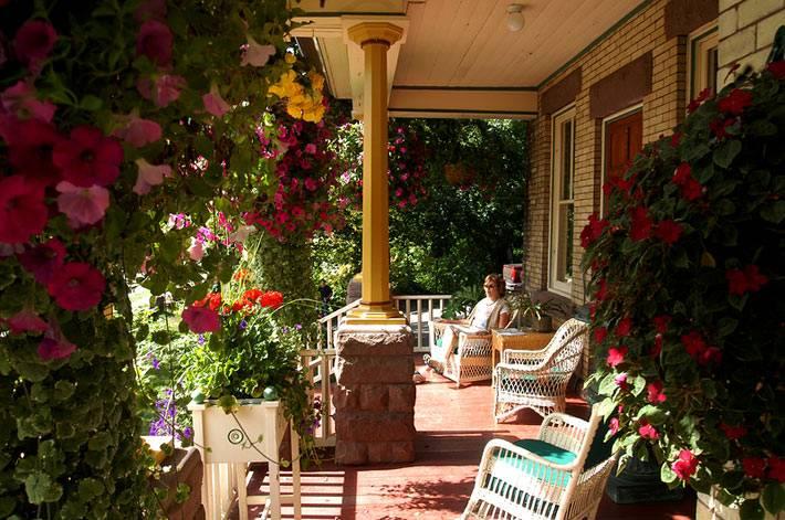 уютная веранда для отдыха с цветами фото