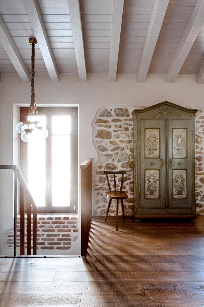 красивый винтажный шкаф с росписью в доме фото