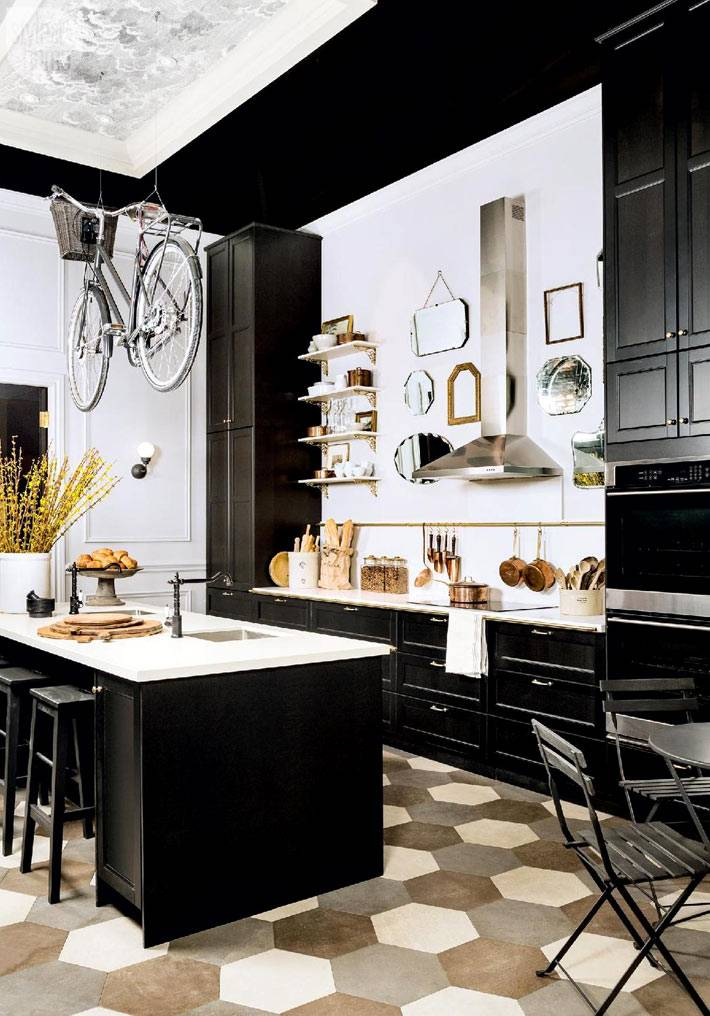 черно-белая кухня с подвешенным велосипедом под потолком фото