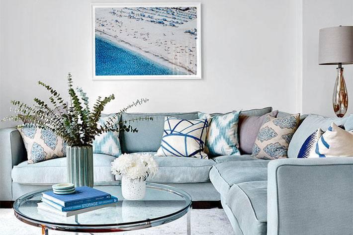 Морская тематика в дизайне гостиной комнаты в голубом цвете