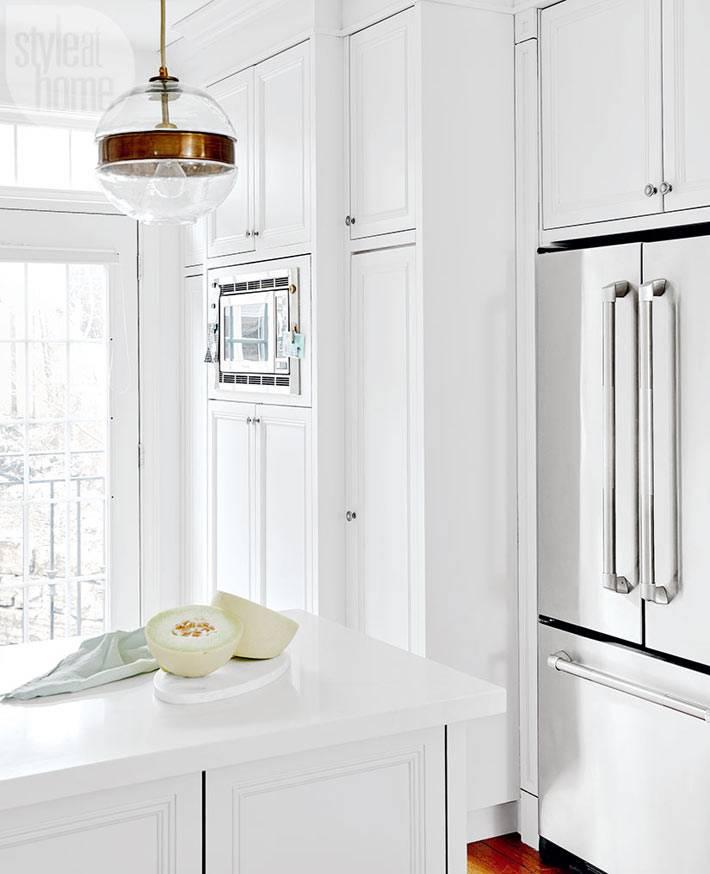 Белые кухонные шкафчики до потолка фото