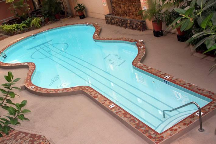 бассейн в виде гитары с нарисованными на дне струнами